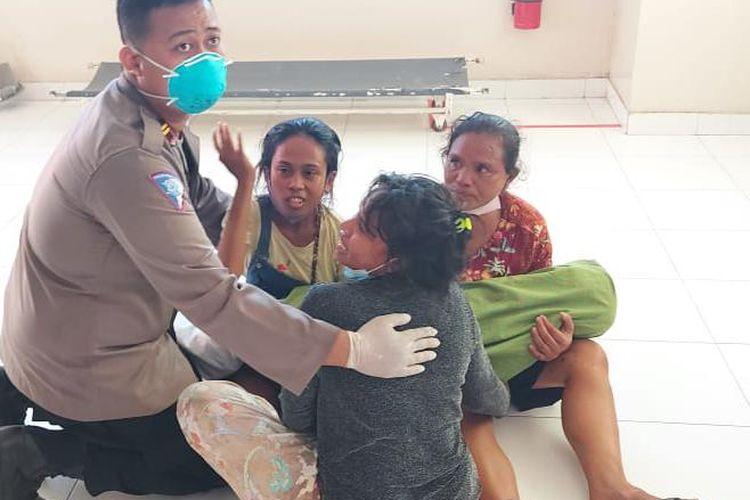 Kasat Lantas Polres Kupang, Iptu Ilham Ade Putra, saat menenangkan pihak keluarga Riani Feoh di RSU Siloam Kupang