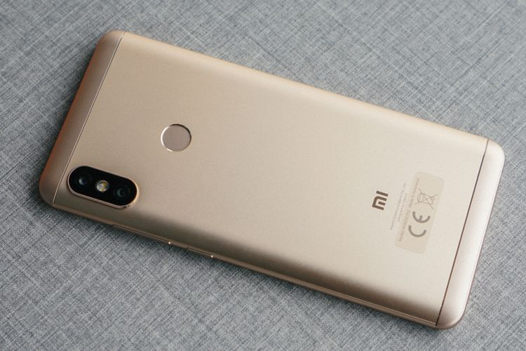Bagian punggung Redmi Note 5 dengan kamera ganda yang tersusun secara vertikal di pojok kiri atas, mirip iPhone X. Pemindai sidik jari berbentuk bundar tersemat di tengah.