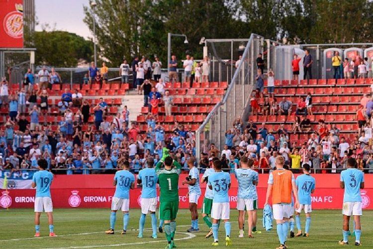 Para pemain Manchester City membalas apresiasi publik Stadion Montilivi seusai pertandingan persahabatan kontra Girona, Selasa (15/8/2017).
