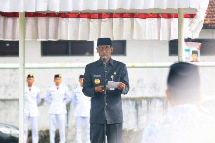 Bupati Kudus Muhammad Tamzil saat menjadi inspektur upacara peringatan HKN ke-54 di lapangan Rendeng Kudus, Senin (12/11/2018).