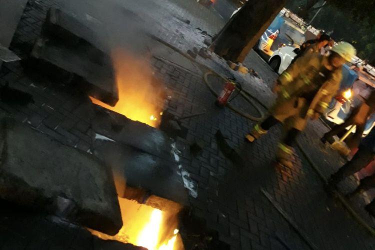 Kabel di gorong-gorong Jalan TB Simatupang tepatnya Gedung 18 Office Park, Kebagusan, Pasar Minggu, Jakarta Selatan terbakar pada Senin (1/3/2021) sore.