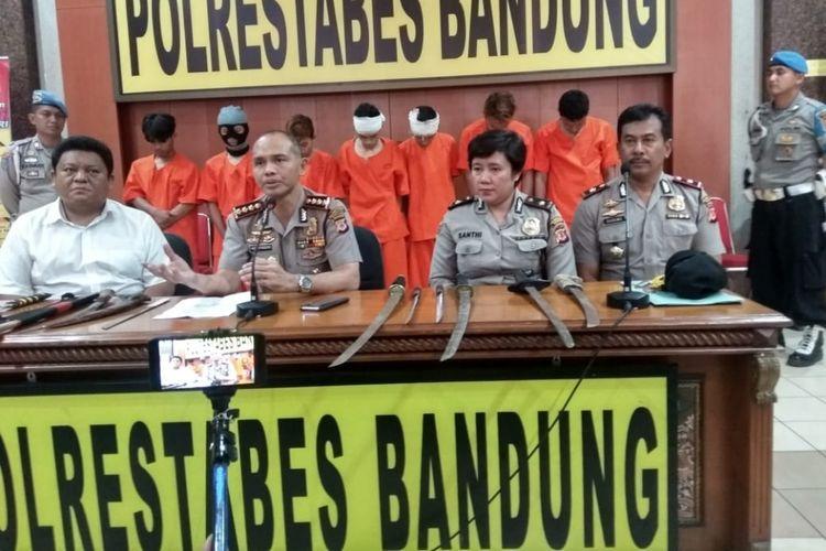 Kapolrestabes Bandung, Kombes Hendro Pandowo menjelaskan terkait penangkapan ketujuh pemuda anggota kelompok bermotor tersebut saat akan menyerang kelompok bermotor lainnya di Bandung. ketujuh pemuda ini bawa sajam saat hendak akan menyerang.