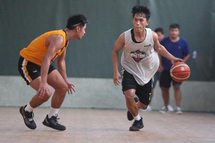 Amartha HangTuah saat menjalani laga uji coba melawan tim basket universitas asal Filipina, St Tomas.