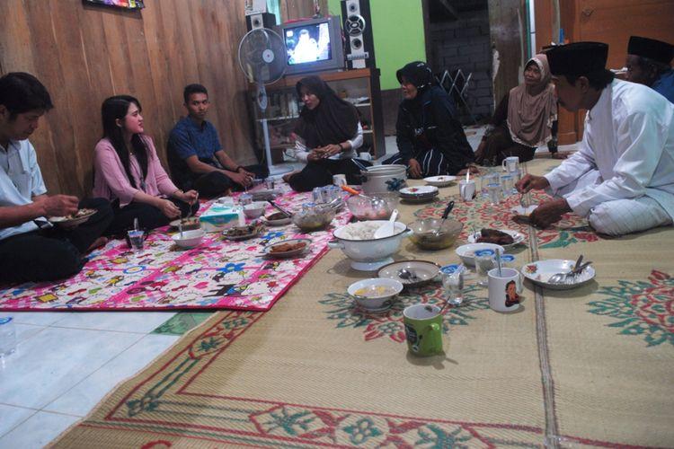 Suasana Buka Bersama Aries Susanti Rahayu (23) di rumah orangtuanya di Desa Taruman, Kecamatan Klambu, Kabupaten Grobogan, Jawa Tengah, Minggu (20/5/2018) malam.