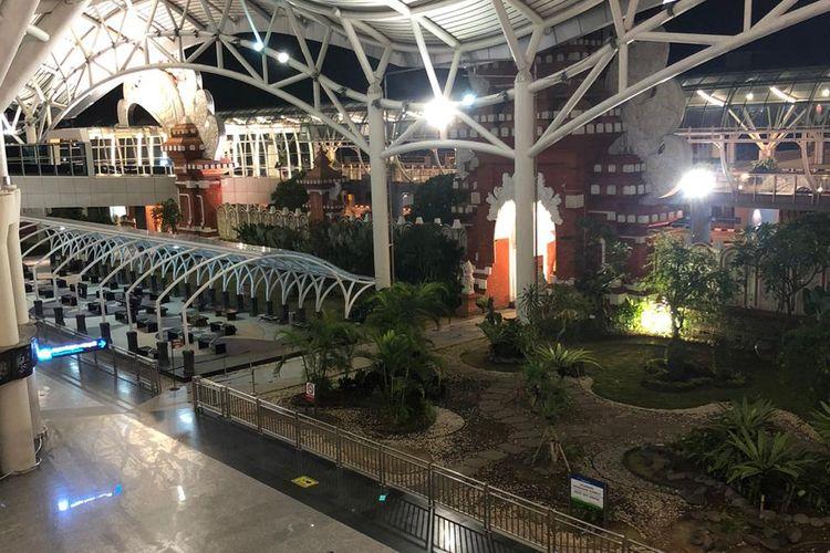Kondisi Bandara Internasional Ngurah Rai pada Jumat (10/4/2020) malam. Terlihat sepi dan kosong dari kunjungan turis.