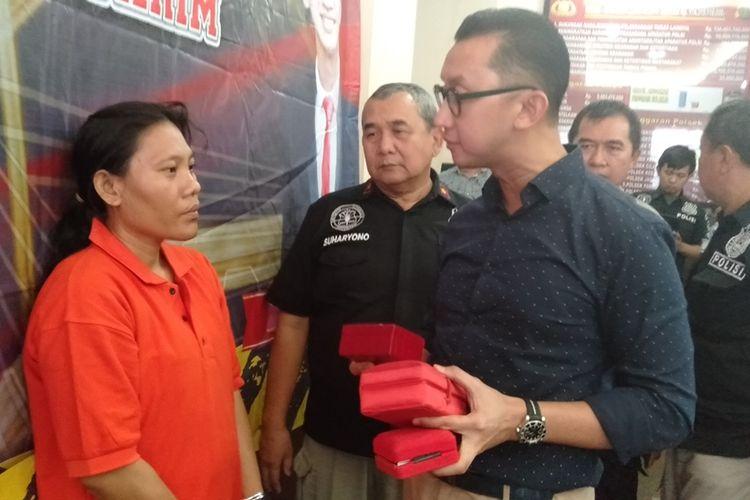 Kasat Reskrim Polres Metro Jakarta Selatan, Kompol Andi Sinjaya Ghalib mengintrogasi R tersangka pembobolan rumah, Selasa (3/12/2019)