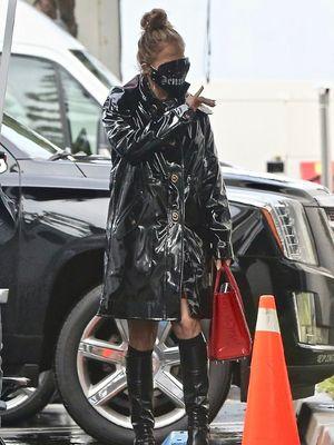 Penampilan Jennifer Lopez dalam balutan serba hitam saat hendak melakukan pemotretan.