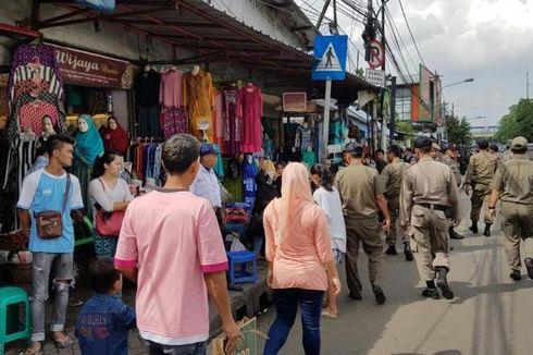 Satpol PP Angkut Warung-warung Kecil di Trotoar Kawasan Petamburan