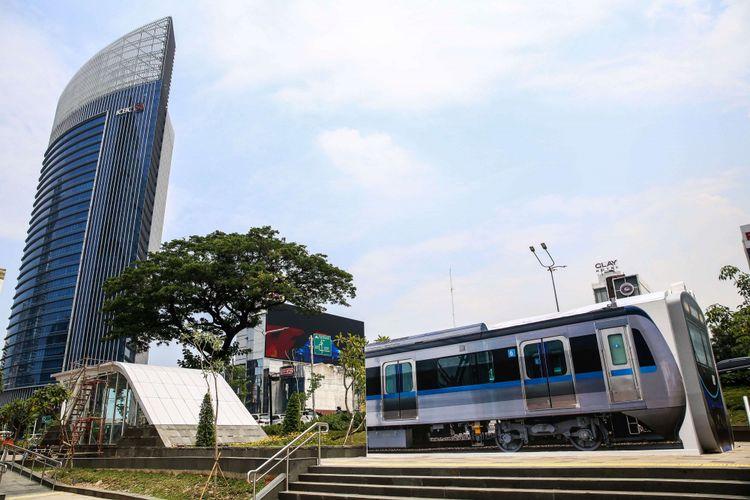 Pusat informasi MRT Jakarta berbentuk kereta di Taman Dukuh Atas, Tanah Abang, Jakarta Pusat, Senin (7/1/2019). Pusat informasi akan melayani masyarakat yang ingin mengetahui lebih jauh tentang semua hal yang berkaitan dengan transportasi massal yang akan mulai beroperasi pada bulan Maret mendatang.