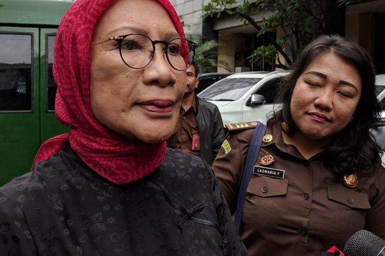 Terdakwa kasus penyebaran berita bohong atau hoaks Ratna Sarumpaet memberikan keterangan kepada wartawan di depan Rutan Mapolda Metro Jaya, Rabu (6/3/2019)