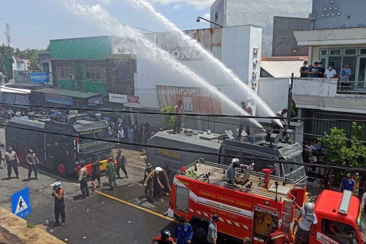 suasana proses pemadaman di lokasi kejadian, ysng bertempat sebuah di toko onderdil di jalan Kartini Sumbawa