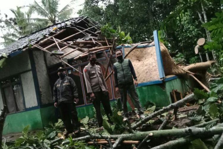 Kondisi rumah mak Iih (87) di Cianjur, Jawa Barat pasca tertimpa pohon tumbang, Kamis malam.
