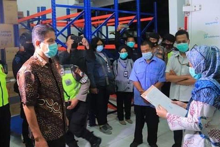 Pejabat Dinas Kesehatan Propinsi Jawa Timur menyerahkan 2.680 vial Vaksin Covid-19 kepada pejabat Dinas Kesehatan Kabupaten Tuban, Selasa (26/1/2021).