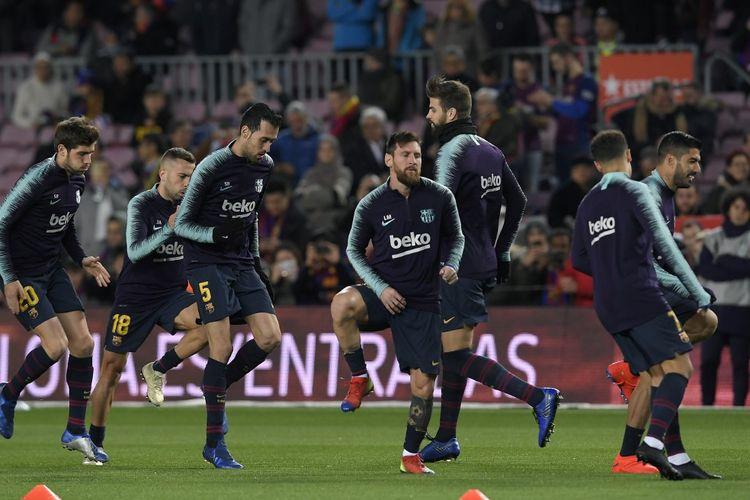Luis Suarez dan beberapa pemain yang menjadi sahabatnya di Barcelona: Lionel Messi, Sergio Busquets, Jordi Alba, Sergi Roberto, dan Gerard Pique. Kelima pemain ini datang saat konferensi pers perpisahan sang pemain pada Kamis (24/9/2020).