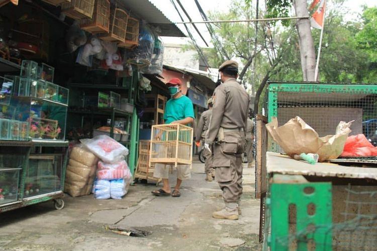 Satpol PP Jakarta Timur menutup paksa sejumlah toko di Jakarta Timur yang masih buka saat pelaksanaan Pembatasan Sosial Berskala Besar (PSBB), Rabu (15/4/2020).