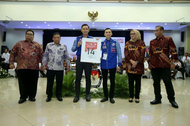 Komandan Satuan Tugas Bersama (Kogasma) Partai Demokrat Agus Harimurti Yudhoyono (ketiga dari kiri) menunjukkan nomor urut 14 saat Pengambilan Nomor Urut Partai Politik untuk Pemilu 2019 di Gedung Komisi Pemilihan Umum (KPU), Minggu (18/2/2018). Empatbelas partai politik (parpol) nasional dan empat partai politik lokal Aceh lolos verifikasi faktual untuk mengikuti Pemilu 2019.