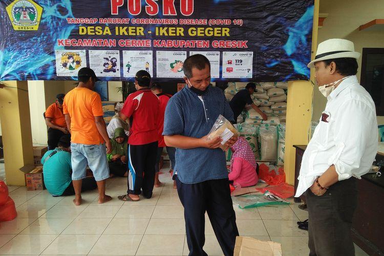 Kepala Desa Iker-iker Geger Kristono, saat menerima donasi berupa ramuan empon-empon dari komunitas gresikbaik.com, Jumat (17/4/2020).