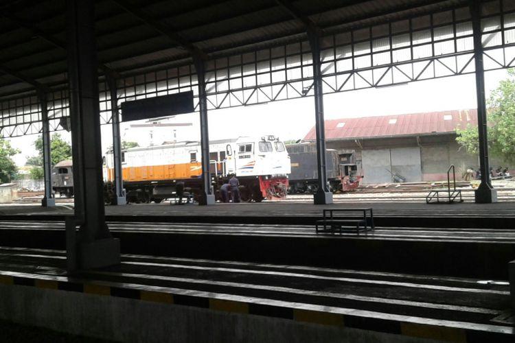 Petugas sedang melakukan pengecekan gerbong rangkaian kereta api di Stasiun Purwosari, Solo, Jawa Tengah, Rabu (15/11/2017).