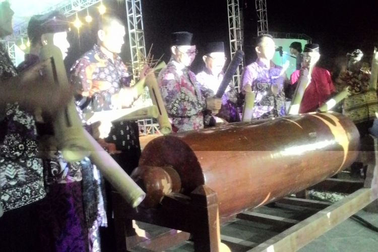 Bupati Kulon Progo Hasto Wardoyo dan sejumlah pejabat memukul kentongan raksasa sebagai tanda berlangsungnya Menoreh Art Festival 2018, Minggu (7/10/2018)