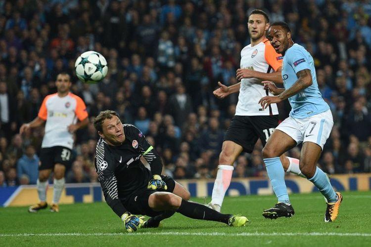 Pemain sayap Manchester City, Raheem Sterling, mencoba menaklukkan kiper Shakhtar Donetsk, Andriy Pyatov, pada pertandingan Liga Champions di Stadion Etihad, Selasa (26/9/2017).