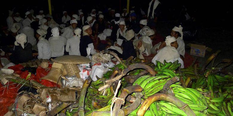 Warga Baduy menunggu puncak acara Seba Baduy. Tak jauh dari mereka, hasil bumi seperti pisang, beras, dan gula merah ditumpuk di Pendopo Lama Gubernur Banten, Serang, Banten, Sabtu (29/4/2017). Selain sebagai tradisi tahunan warga Baduy, Seba Baduy juga menjadi daya tarik pariwisata Banten.