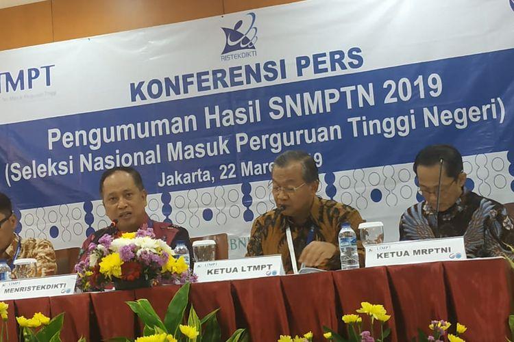 Menristekdikti Mohamad Nasir didampingi Ketua LTMPT Prof Ravik Karsidi dalam konferensi pers Pengumuman Hasil SNMPTN 2019 di Gedung Kemenristekdikti, Jakarta (22/3/2019).