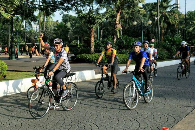 Wakil Gubernur DKI Jakarta Sandiaga Uno bersepeda menuju Balai Kota DKI Jakarta, Jumat (16/3/2018).