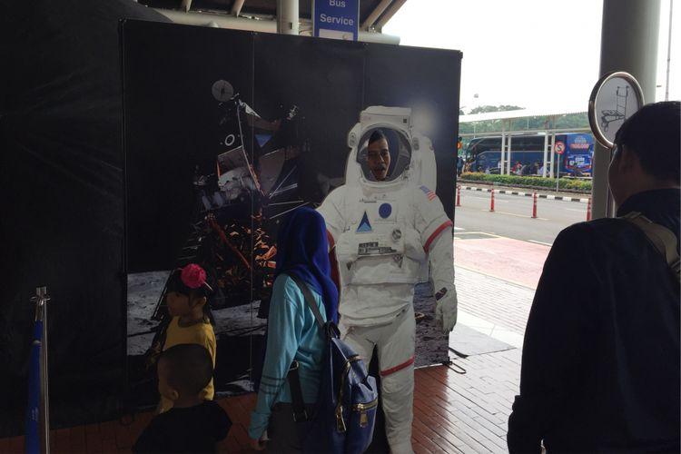 Pengunjung Bandara Soekarno-Hatta menikmati pertunjukkan visual melalui Mobile Planetarium yang disediakan di Terminal 1C, Minggu (20/8/2017). Mobile Planetarium diadakan sebagai sarana edukasi dan hiburan bagi pengunjung bandara, terutama anak-anak.