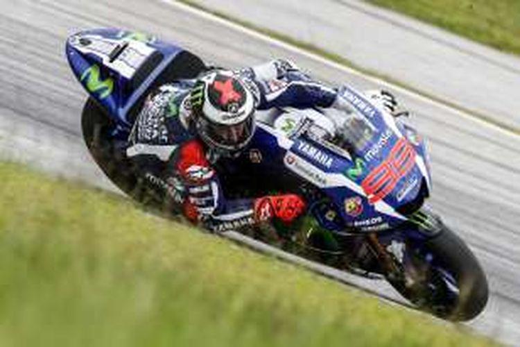 Pebalap Movistar Yamaha asal Spanyol, Jorge Lorenzo, memacu motornya pada hari ketiga tes pramusim di Sirkuit Sepang, Malaysia, Rabu (3/2/2016).