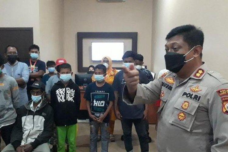 Kapolres Luwu Timur AKBP Indratmoko saat memberikan arahan kepada pelaku prank call center di ruang Call Center Polres Luwu Timur, Kamis (24/6/2021) sore.