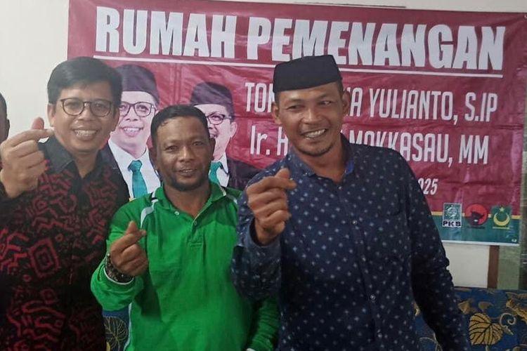 Kepala Desa Bontobulaeng  Rais Abdul Salam menggunakan baju hijau  menggunakan simbol berfoto dengan calon bupati Bulukumba nomor urut tiga     .