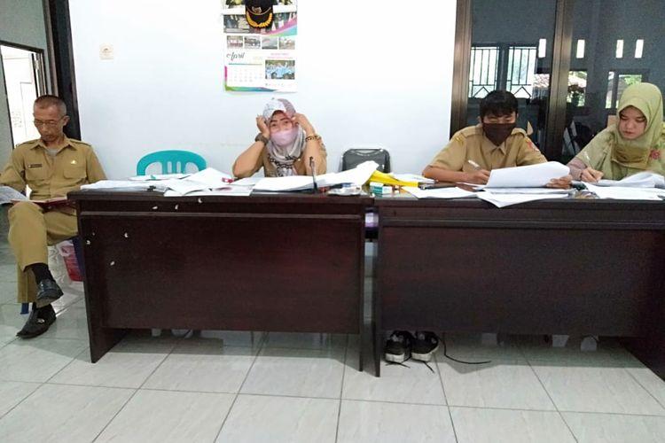 Sulis Setiyawati saat menjalankan tugasnya sebagai perangkata Desa Karangduren Kecamatan Balung Kabupaten Jember