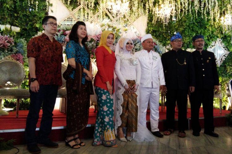 Arofi dan Yuni saat berfoto dengan Wali Kota Bandung Ridwan Kamil dalam acara nikah massal di Pendopo Kota Bandung, Jalan Dalemkaum, Rabu (22/11/2017).