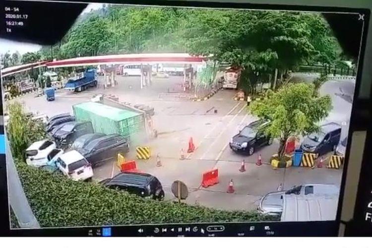 Rem blong, sebuah truk boks pengangku barang dengan nomor polisi B 9766 UO mengalami kecelakaan di Rest Area Km 97 Ruas Tol Cipularang, Jumat (17/1/2020) pukul 16.15 WIB.