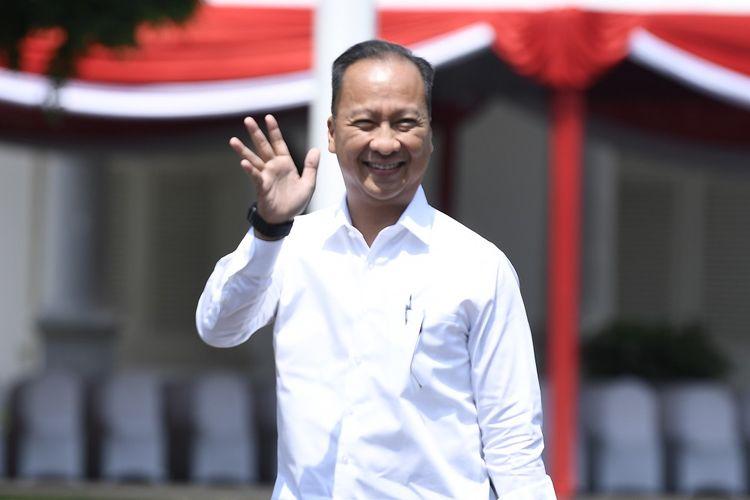 Politisi partai Golkar yang juga mantan Menteri Sosial Agus Gumiwang melambaikan tangan saat tiba di Kompleks Istana Kepresidenan di Jakarta, Selasa (22/10/2019). ANTARA FOTO/Puspa Perwitasari/wsj.