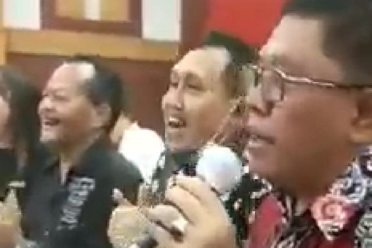 Sebuah tangkapan layar video menunjukkan Walikota Blitar Santoso bernyanyi memegang mikrofon.