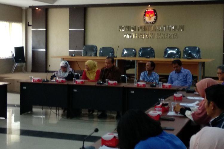 Ketua KPU DKi Sumarno dsn dekan Fisip UMJ Endang Sulastri memaparkan hasil penelitian mengenai pemilu DKI 2010/7 lalu, di gedung KPU DKI Jumat (15/12/2017)