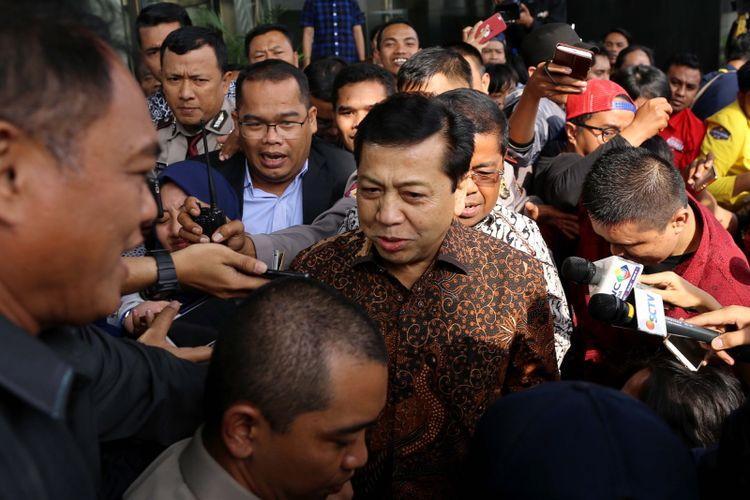 Ketua DPR Setya Novanto meninggalkan Gedung Komisi Pemberantasan Korupsi (KPK) seusai diperiksa di Jakarta, Jumat (14/7/2017).  Setya Novanto diperiksa sebagai saksi untuk kasus dugaan korupsi dalam pengadaan Kartu Tanda Penduduk berbasis elektronik ( e-KTP).
