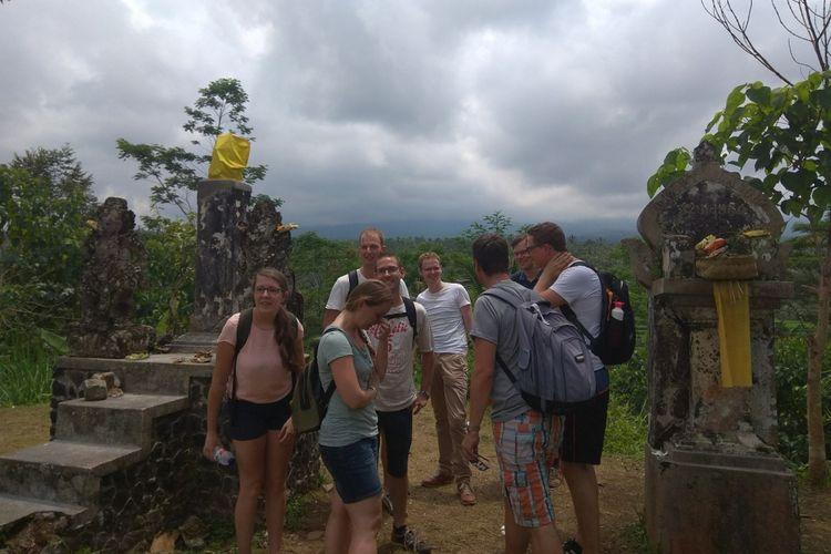 Wisatawan asing berkunjung di pos pantau Gunung Agung pada Senin (2/10/2017)