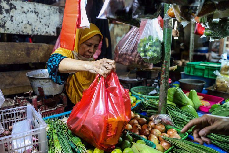 Warga berbelanja menggunakan kantong plastik di Pasar Bendungan Hilir (Benhil) di Jakarta Pusat, Kamis (9/7/2020). Larangan penggunaan kantong plastik sekali pakai di Jakarta mulai berlaku sejak Rabu (1/7/2020), pelarangan ini diberlakukan di pusat-pusat perbelanjaan, mulai dari toko swalayan hingga pasar rakyat.