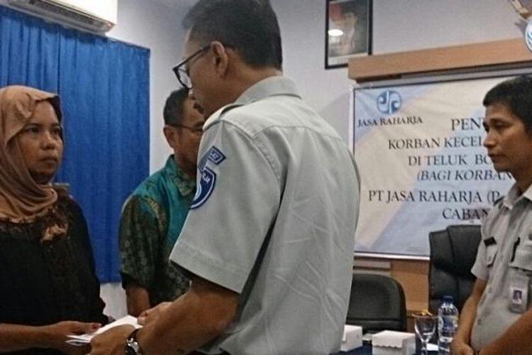 Suriani, ahli waris korban kapal tenggelam di perairan Teluk Bone menerima santunan dari PT Jasa Raharja cabang Sultra