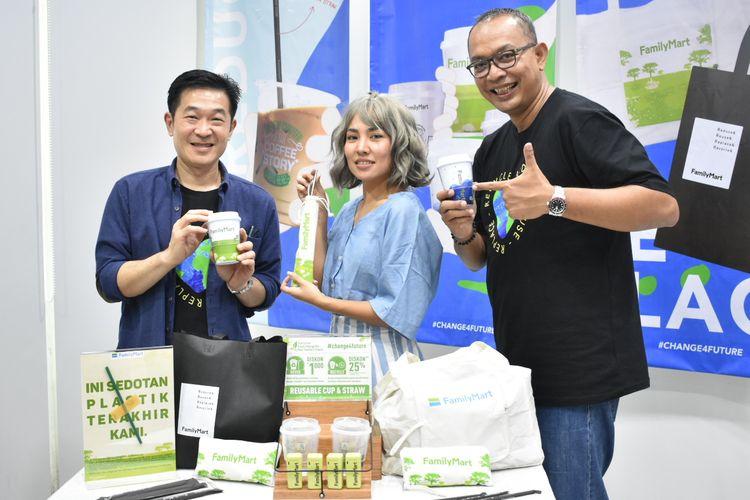 Wirry Tjandra, CEO FamilyMart Indonesia,  Marishcka Prudence, Travel blogger dan aktivis pencinta lingkungan, dan Gunung Tjahjaputra, Head of Retail Operation FamilyMart Indonesia