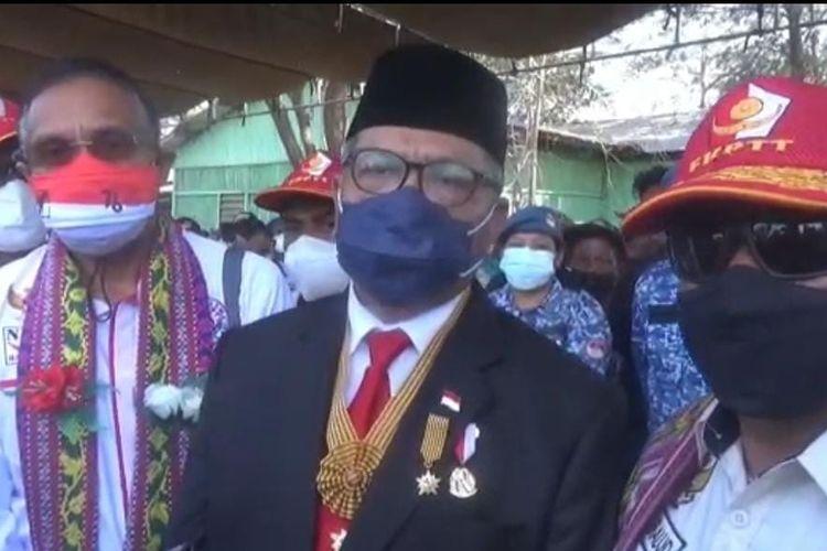 Mantan WakilPanglima Milisi (Pejuang) Pro-Indonesia di Timor Timur (Timtim) Eurico Guterres (Tengah), usai mengikuti upacara bendera di Naibonat, Kabupaten Kupang, Nusa Tenggara Timur