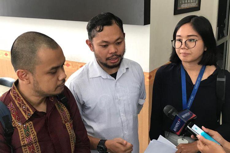 Anggota Solidaritas Pembela HAM, Tigor Hutapea (tengah), saat menyambangi kantor Komisi Kepolisian Nasional (Kompolnas), Rabu (18/9/2019).