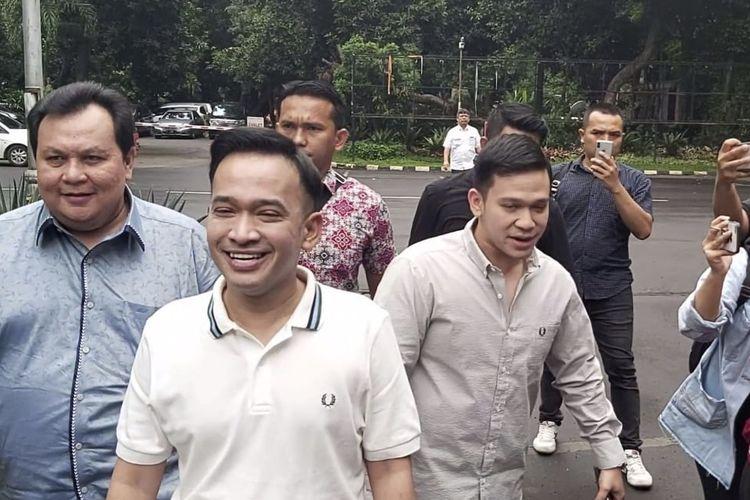 Ruben Onsu bersama adiknya, Jordi Onsu serta kuasa hukum, Minola Sebayang saat ditemui di Ditkrimsus Polda Metro Jaya, Jakarta Selatan, Kamis (6/2/2020).
