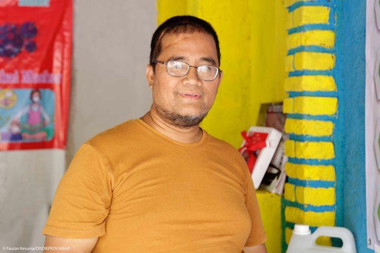 Imam Sumantri menghibahkan jaringan internet di rumahnya untuk para siswa belajar daring.