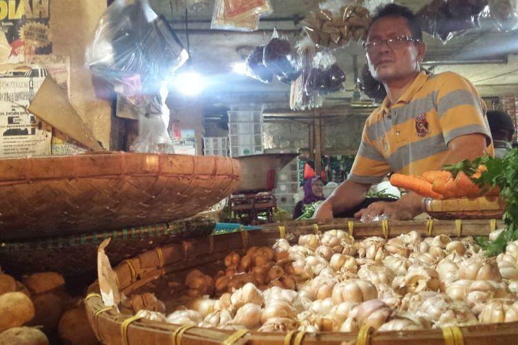 Seorang pedagang sayuran di Pasar Muka Cianjur, Jawa Barat mengeluhkan kenaikan harga bawang merah dan bawang putih yang melonjak 100 persen dari harga normal, karena berdampak pada penurunan omset.