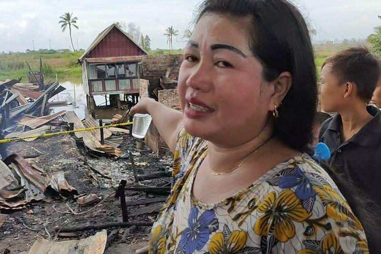 Roma (32) ibu rumah tangga warga Desa Ibul Besar 3 Kecamatan Pemulutan Ogan Ilir Sumatera Selatan yang nekad  terjun ke sungai di belakang rumahnya bersama suami dan satu anaknya saat terjadi kebakaran besar di sana. Roma menunjukkan rumahnya yang selamat dari kebakaran besar itu.