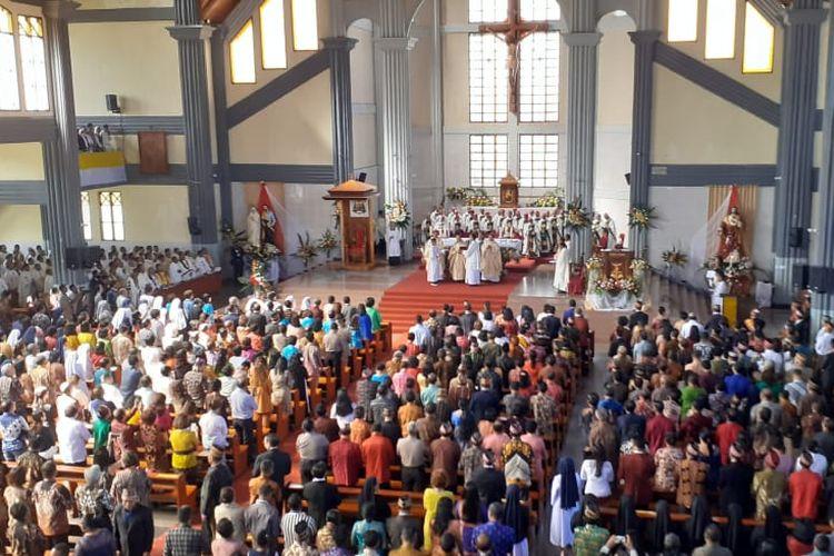 Misa pentahbisan Mgr Siprianus Hormat sebagai Uskup Ruteng digelar di Gereja Katedral Ruteng, Manggarai, NTT, Kamis (19/3/2020).