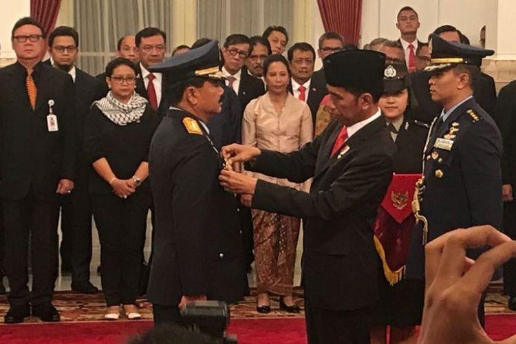 Marsekal Hadi Tjahjanto saat disematkan tanda jabatan sebagai Panglima TNI oleh Presiden Joko Widodo di Istana Negara, Jumat (8/12/2017).